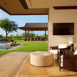 Idee per un'ampia camera matrimoniale tropicale con pareti multicolore e pavimento in travertino