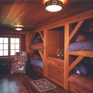 Imagen de habitación de invitados rural, de tamaño medio, con paredes marrones y suelo de madera oscura