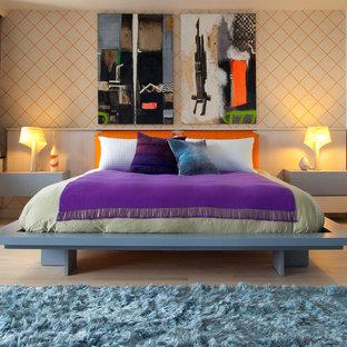 Ispirazione per una grande camera matrimoniale minimalista con pareti arancioni e parquet chiaro