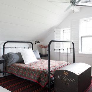 Imagen de habitación de invitados de estilo de casa de campo, pequeña, con paredes blancas