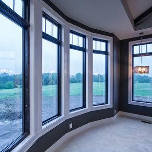 Diseño de dormitorio principal, tradicional renovado, grande, con paredes grises, moqueta, chimeneas suspendidas y marco de chimenea de piedra