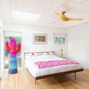 Mittelgroßes Retro Gästezimmer mit weißer Wandfarbe, hellem Holzboden und beigem Boden in Portland
