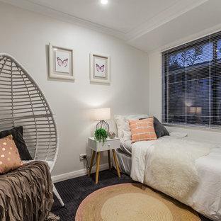 Foto di una camera degli ospiti classica con pareti grigie e moquette