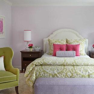 Foto på ett vintage sovrum, med lila väggar och mellanmörkt trägolv