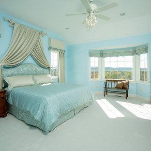 Ejemplo de dormitorio principal, clásico, de tamaño medio, con paredes azules, moqueta, chimenea tradicional, marco de chimenea de piedra y suelo blanco
