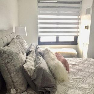 Esempio di una piccola camera degli ospiti minimalista con pareti bianche, parquet scuro e pavimento nero