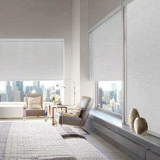 ニューヨークの広いコンテンポラリースタイルのおしゃれな主寝室 (ベージュの壁、磁器タイルの床、暖炉なし、ベージュの床) のインテリア