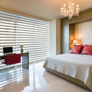 Idee per una camera matrimoniale contemporanea di medie dimensioni con pareti beige, pavimento in pietra calcarea, nessun camino e pavimento beige
