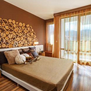 Ispirazione per una camera degli ospiti rustica con pareti marroni, parquet scuro e pavimento marrone