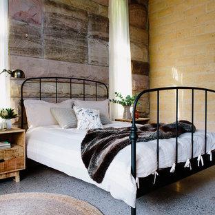 Modelo de habitación de invitados rústica, grande, con suelo de cemento