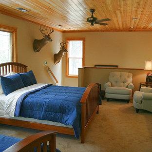 Foto de dormitorio tipo loft, rústico, con paredes beige y moqueta