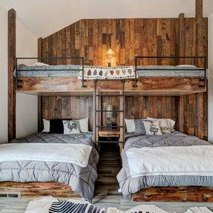 Esempio di una camera degli ospiti rustica con pareti bianche, pavimento in legno massello medio e pavimento marrone