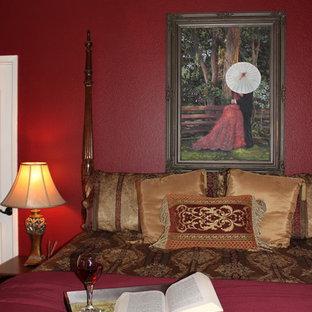 Modelo de dormitorio principal, tradicional, de tamaño medio, sin chimenea, con paredes rojas y moqueta