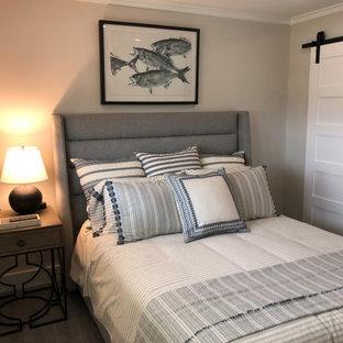 На фото: гостевая спальня среднего размера в морском стиле с белыми стенами, полом из винила и серым полом с