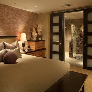 Idée de décoration pour une chambre asiatique de taille moyenne avec un mur multicolore, aucune cheminée et un sol marron.