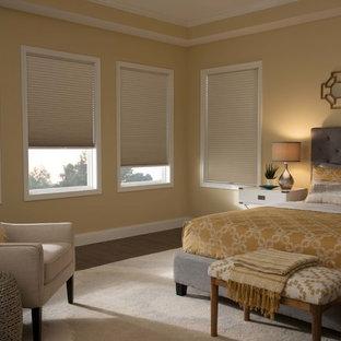 デトロイトの中サイズのコンテンポラリースタイルのおしゃれな主寝室 (黄色い壁、無垢フローリング) のレイアウト