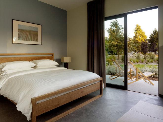 Modern Bedroom by Schwartz and Architecture