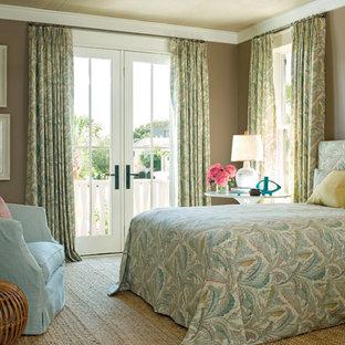 Foto di una camera da letto tropicale con pareti beige