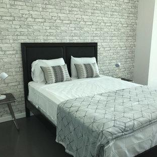 Modelo de habitación de invitados clásica renovada, de tamaño medio, sin chimenea, con paredes blancas, suelo de cemento y suelo negro