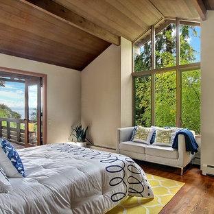 Foto di una camera matrimoniale minimalista di medie dimensioni con pavimento in legno massello medio, pareti beige e nessun camino