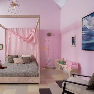 ダブリンのコンテンポラリースタイルのおしゃれな寝室 (ピンクの壁、マルチカラーの床)