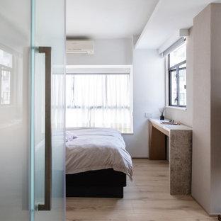 Modelo de dormitorio principal, moderno, pequeño, sin chimenea, con paredes multicolor, suelo de piedra caliza y suelo marrón
