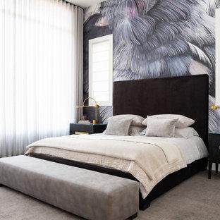 Idée de décoration pour une grand chambre design avec un mur multicolore, un sol gris et du papier peint.