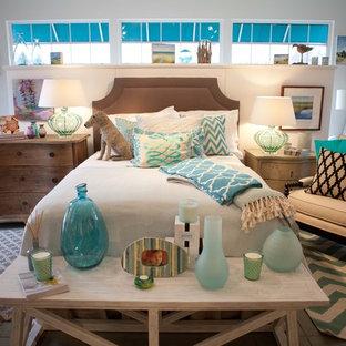 Imagen de dormitorio principal, marinero, de tamaño medio, con paredes blancas y suelo de pizarra