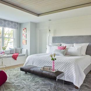 ニューヨークのビーチスタイルのおしゃれな主寝室 (白い壁、淡色無垢フローリング、暖炉なし、折り上げ天井、塗装板張りの壁)