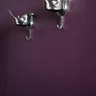 Идея дизайна: хозяйская спальня среднего размера в стиле фьюжн с фиолетовыми стенами и ковровым покрытием без камина