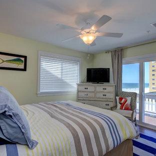 Foto de dormitorio principal, marinero, de tamaño medio, sin chimenea, con paredes amarillas y suelo de bambú