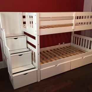 Стильный дизайн: гостевая спальня в стиле кантри с красными стенами, ковровым покрытием и бежевым полом без камина - последний тренд