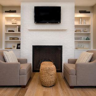 ポートランドの広いモダンスタイルのおしゃれな主寝室 (ベージュの壁、無垢フローリング、標準型暖炉、レンガの暖炉まわり) のレイアウト