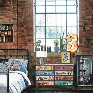 Ejemplo de dormitorio principal, urbano, grande, con suelo de madera en tonos medios y suelo marrón