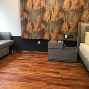 Imagen de dormitorio principal, industrial, grande, con paredes blancas, suelo laminado y suelo naranja
