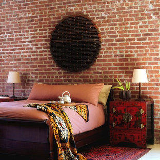 Industrial Schlafzimmer mit roter Wandfarbe in New York