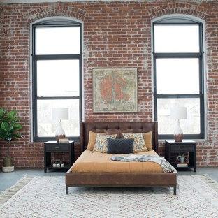 Cette image montre une chambre parentale urbaine avec un mur rouge, béton au sol et aucune cheminée.