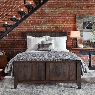 Imagen de dormitorio tipo loft, urbano, pequeño, con paredes rojas y suelo de madera oscura