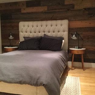 ニューヨークの大きいコンテンポラリースタイルのおしゃれなロフト寝室 (茶色い壁、竹フローリング) のインテリア