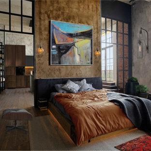 Imagen de dormitorio principal, urbano, sin chimenea, con paredes marrones y suelo de madera oscura