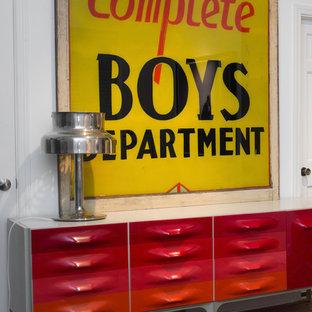 Modelo de habitación de invitados urbana, de tamaño medio, sin chimenea, con paredes blancas, suelo de madera clara y suelo rojo