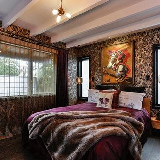 Idee per una camera degli ospiti eclettica di medie dimensioni con pareti nere e parquet scuro