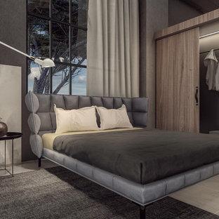 Ejemplo de dormitorio principal, urbano, grande, sin chimenea, con paredes grises, suelo de baldosas de porcelana y suelo marrón