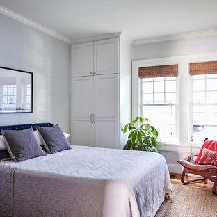 Klassisches Schlafzimmer mit grauer Wandfarbe, braunem Holzboden und braunem Boden in Atlanta