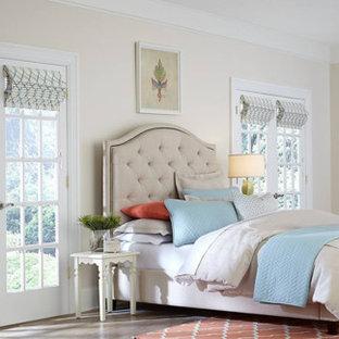 ロサンゼルスの大きいトランジショナルスタイルのおしゃれな主寝室 (ベージュの壁、濃色無垢フローリング、標準型暖炉、木材の暖炉まわり、茶色い床) のインテリア