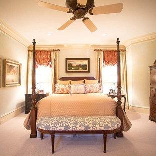 Cette image montre une chambre victorienne de taille moyenne avec un mur bleu, aucune cheminée et un sol beige.