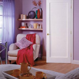 ロサンゼルスの中サイズのコンテンポラリースタイルのおしゃれな主寝室 (紫の壁、無垢フローリング、茶色い床)