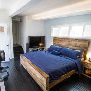 На фото: спальня среднего размера в современном стиле с синими стенами, полом из винила и черным полом без камина