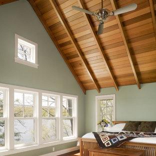 На фото: спальня в стиле рустика с зелеными стенами с