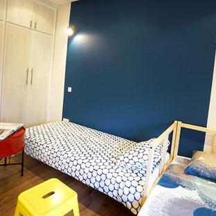 Idéer för att renovera ett litet shabby chic-inspirerat sovrum, med blå väggar och plywoodgolv